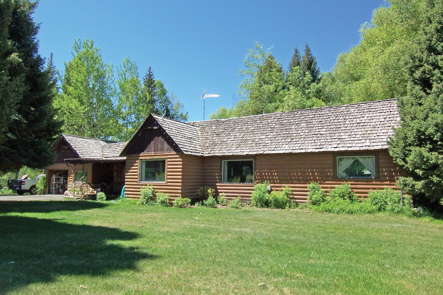 Maison unifamiliale pour l Vente à 2 Homes on 11 Acres on Driggs Main St. 552 South Hwy 33 (Main Street) Driggs, Idaho, 83422 Jackson Hole, États-Unis