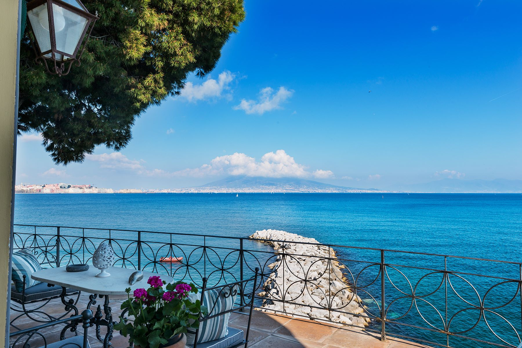 Additional photo for property listing at Historic home pied dans l'eau in Posillipo Via Posillipo Napoli, Naples 80123 Italie