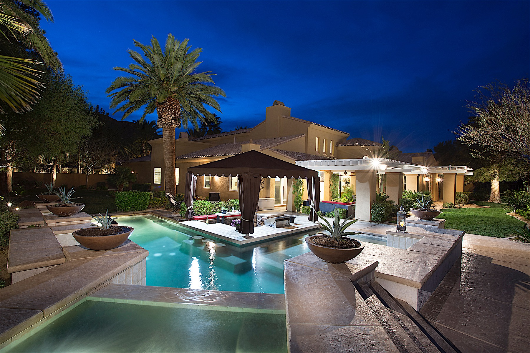 Maison unifamiliale pour l Vente à Serenity In Double Gated Red Rock Country Club 2662 Red Arrow Drive Las Vegas, Nevada, 89135 États-UnisDans/Autour: Las Vegas