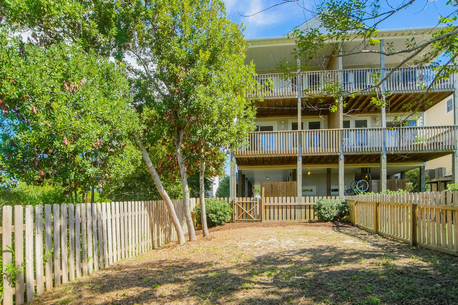 Stadthaus für Verkauf beim Beach Townhouse with Sweeping Views of Nature 421-B N New River Dr Surf City, North Carolina, 28445 Vereinigte Staaten