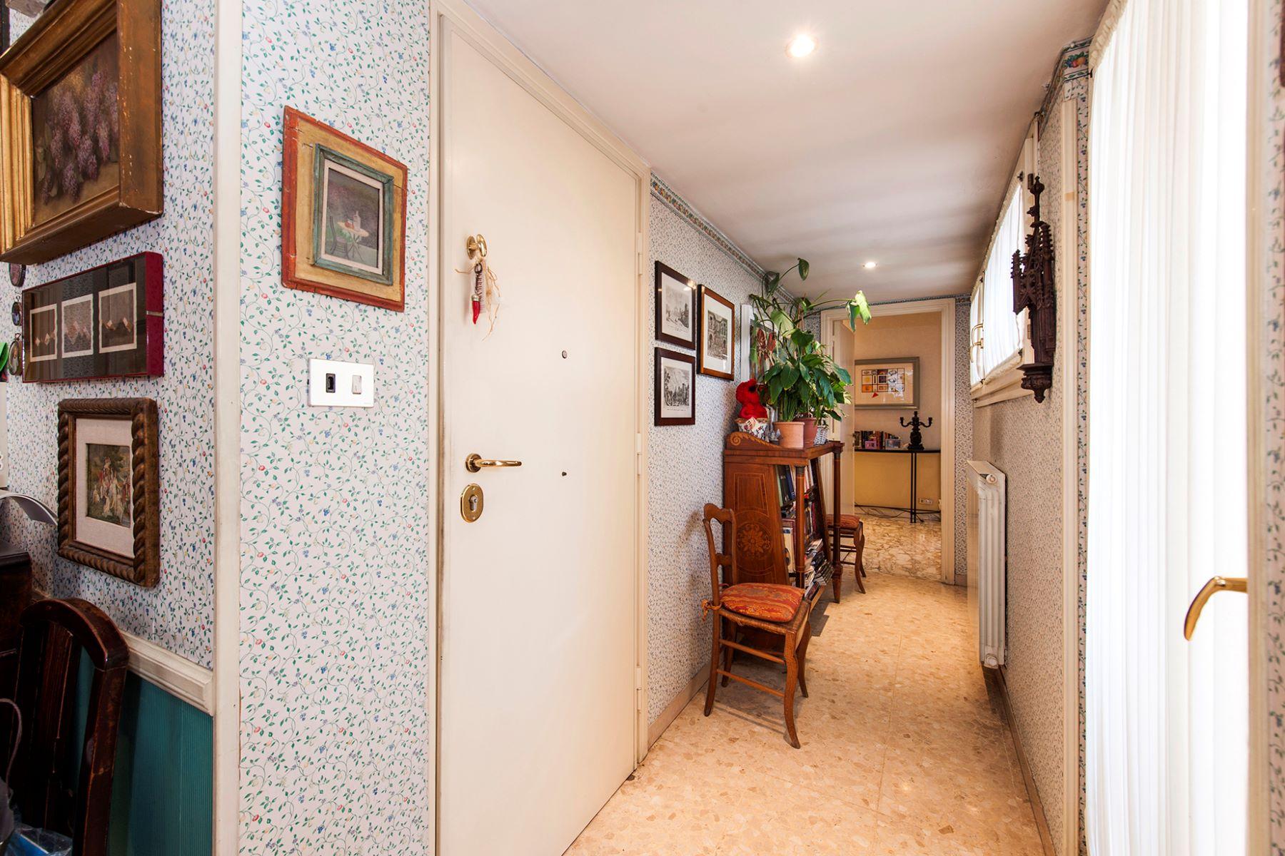 Additional photo for property listing at Elegant apartment in Viale Cortina d'Ampezzo  Rome, Roma 00135 Italia
