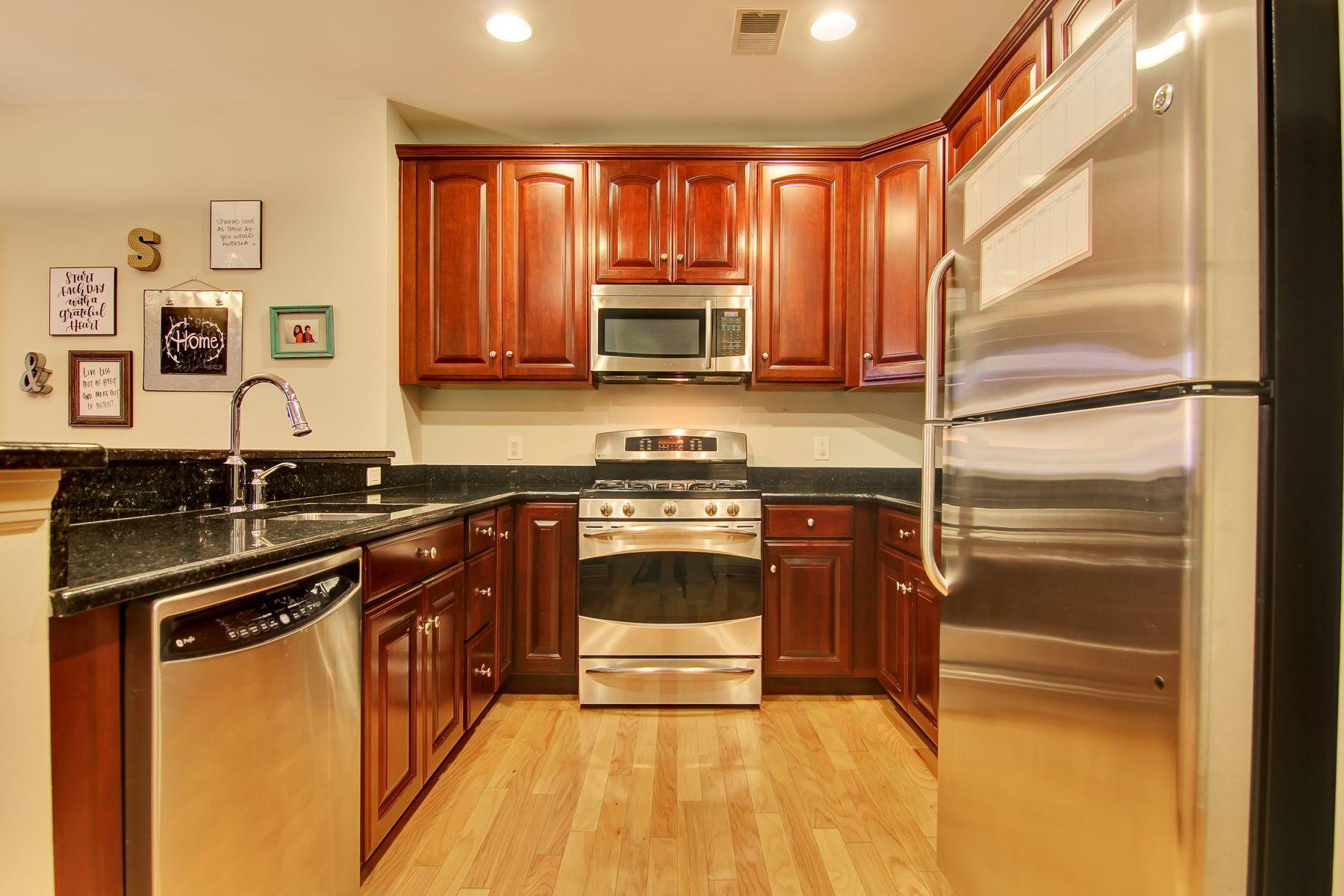 Appartement en copropriété pour l Vente à Beautiful Two Bedroom 7400 River Road #330 North Bergen, New Jersey 07047 États-Unis