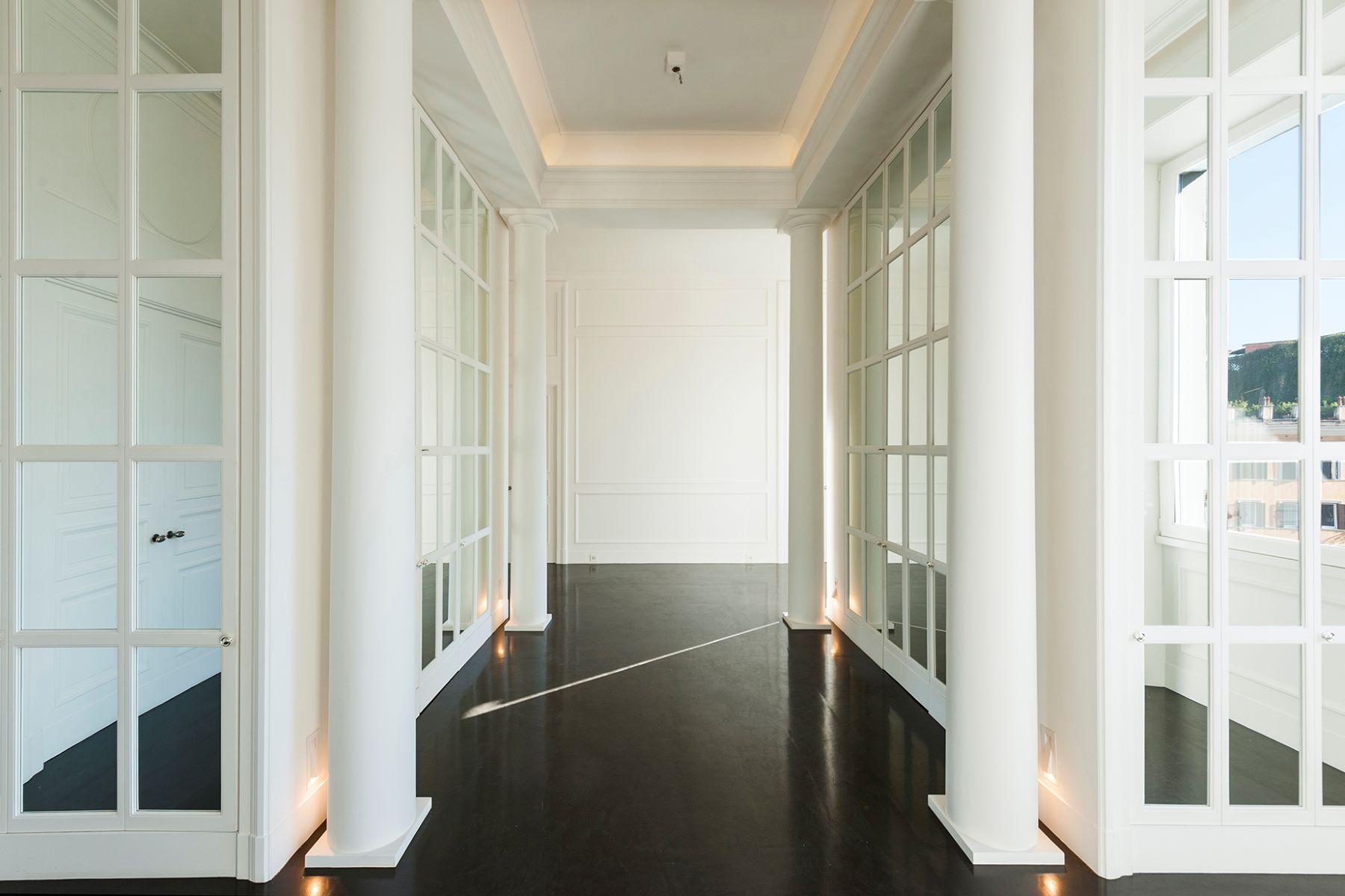 Additional photo for property listing at Magnífico apartamento con vistas a la Plaza de España Rome, Roma Italia