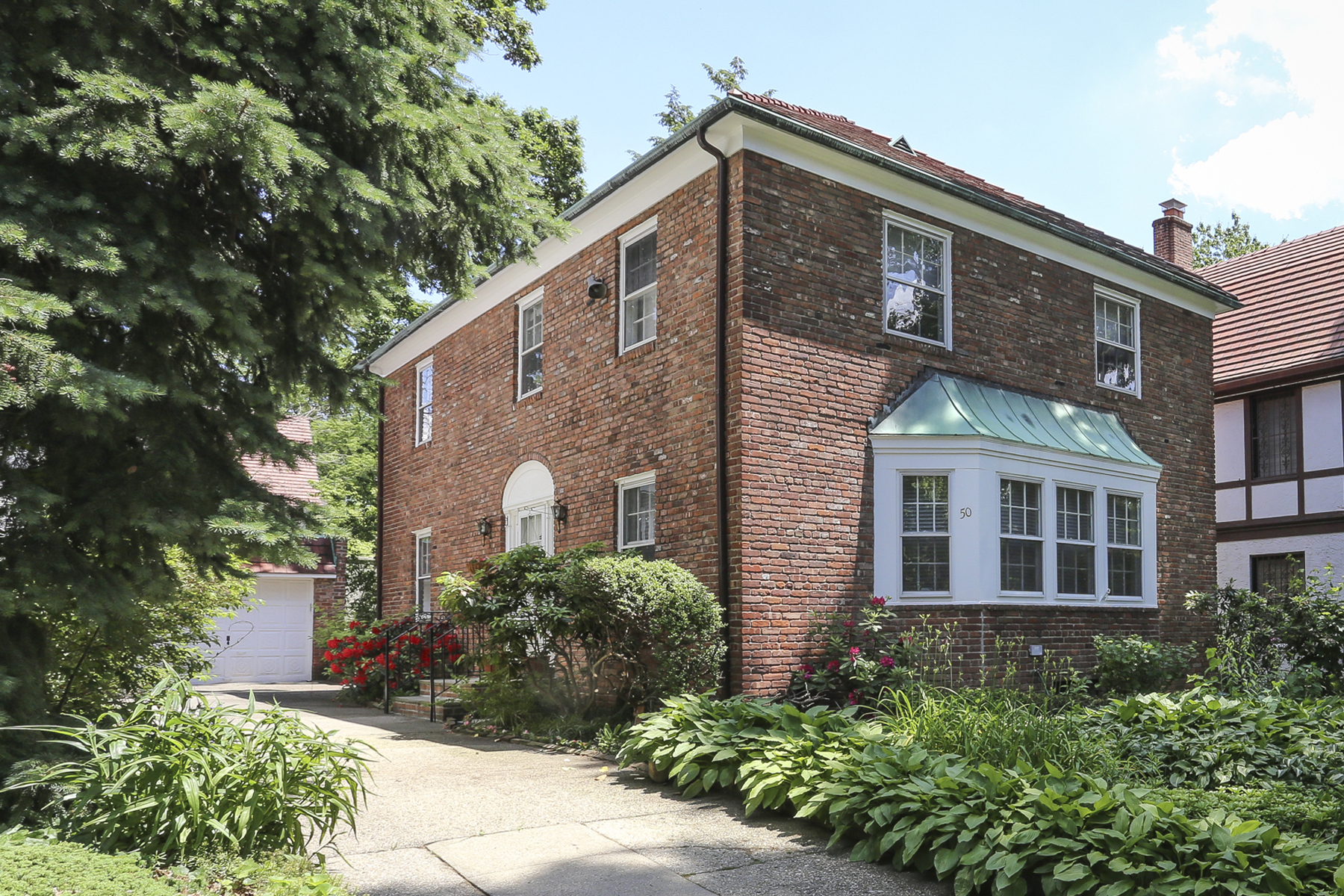 "Casa Unifamiliar por un Venta en ""PICTURE PERFECT CONTEMPORARY COLONIAL"" 50 Wendover Road, Forest Hills Gardens, Forest Hills, Nueva York 11375 Estados Unidos"