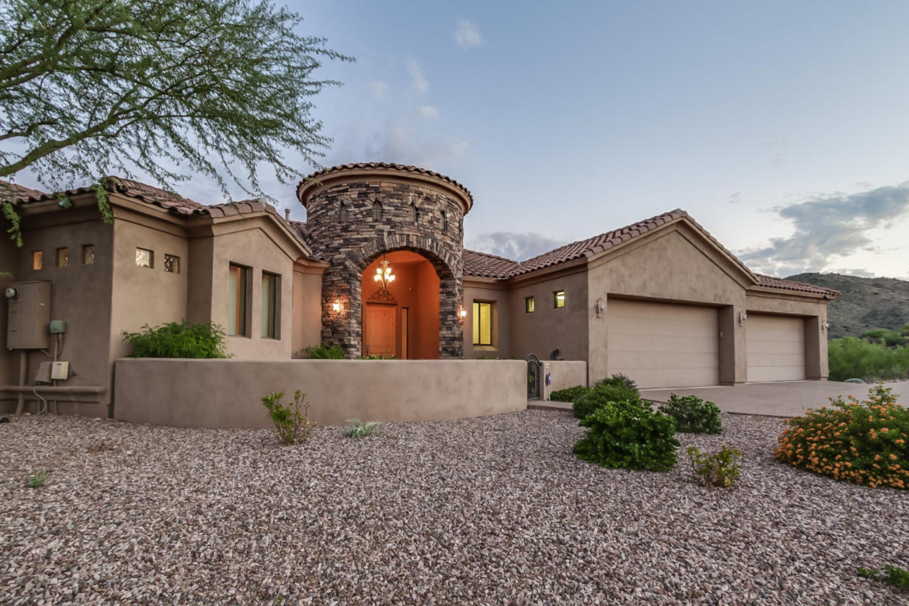 Maison unifamiliale pour l Vente à Custom home on a premier street of Sunridge Canyon 15405 E Sundown Drive Fountain Hills, Arizona, 85268 États-Unis