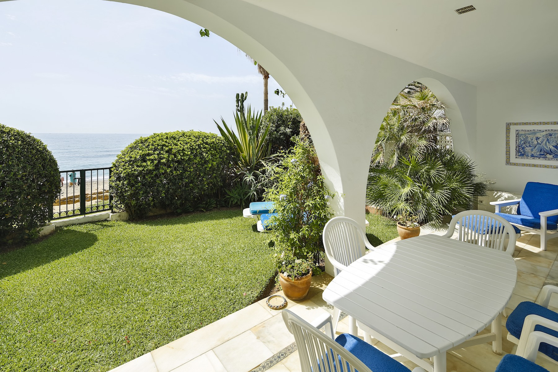 Einfamilienhaus für Verkauf beim Beautiful three bedroom bungalow situated on the beach along the prestigious Gol Marbella, Andalucia, Spanien