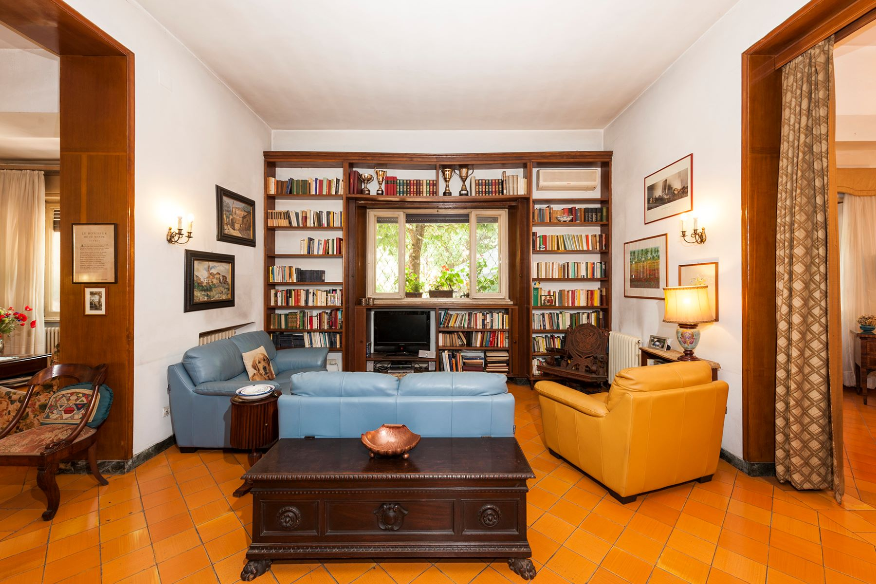 Additional photo for property listing at Beautiful villa with large garden Rome, Roma Italia