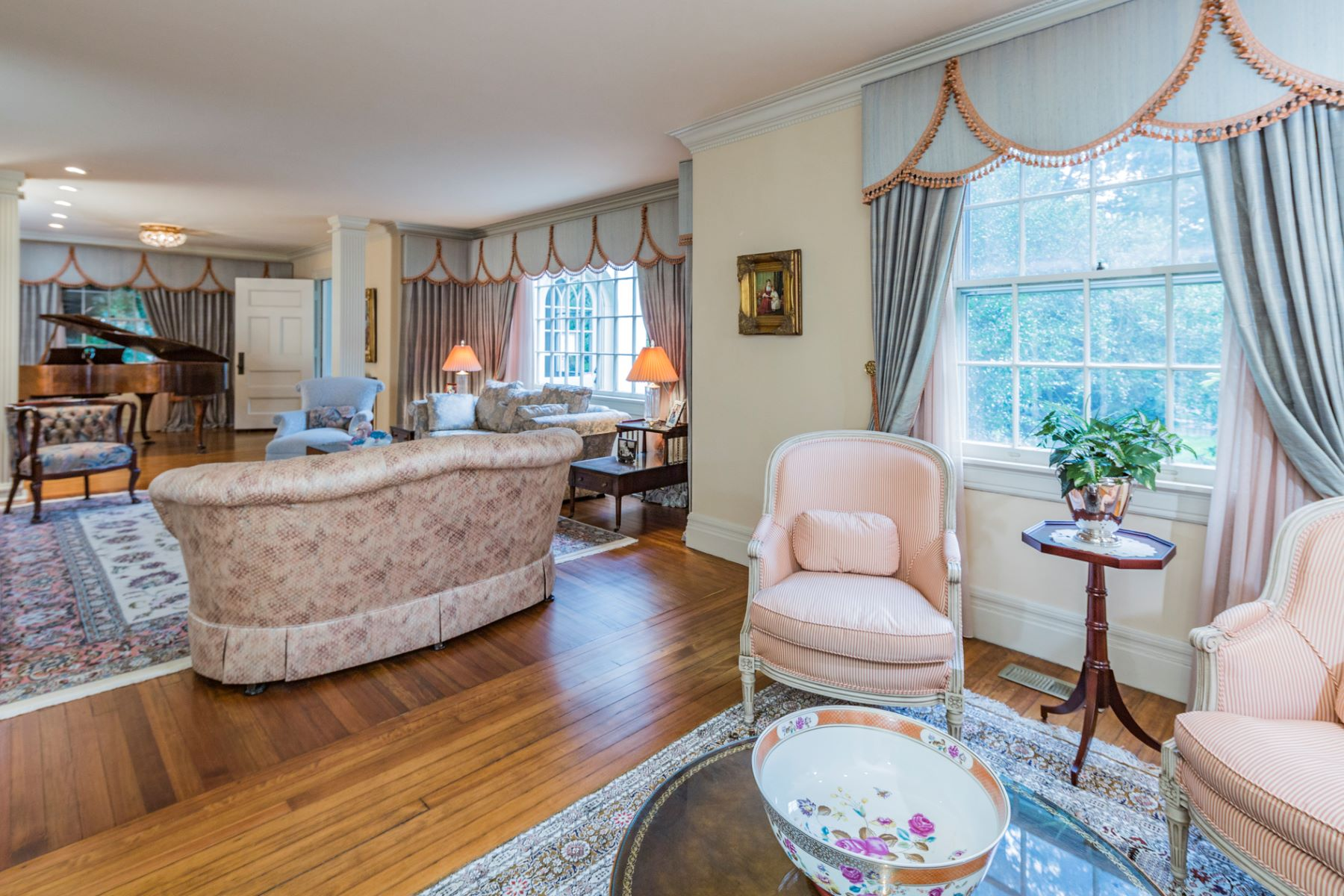 Additional photo for property listing at European Elegance And Updated Convenience On Library Place 107 Library Place Princeton, New Jersey 08540 États-Unis