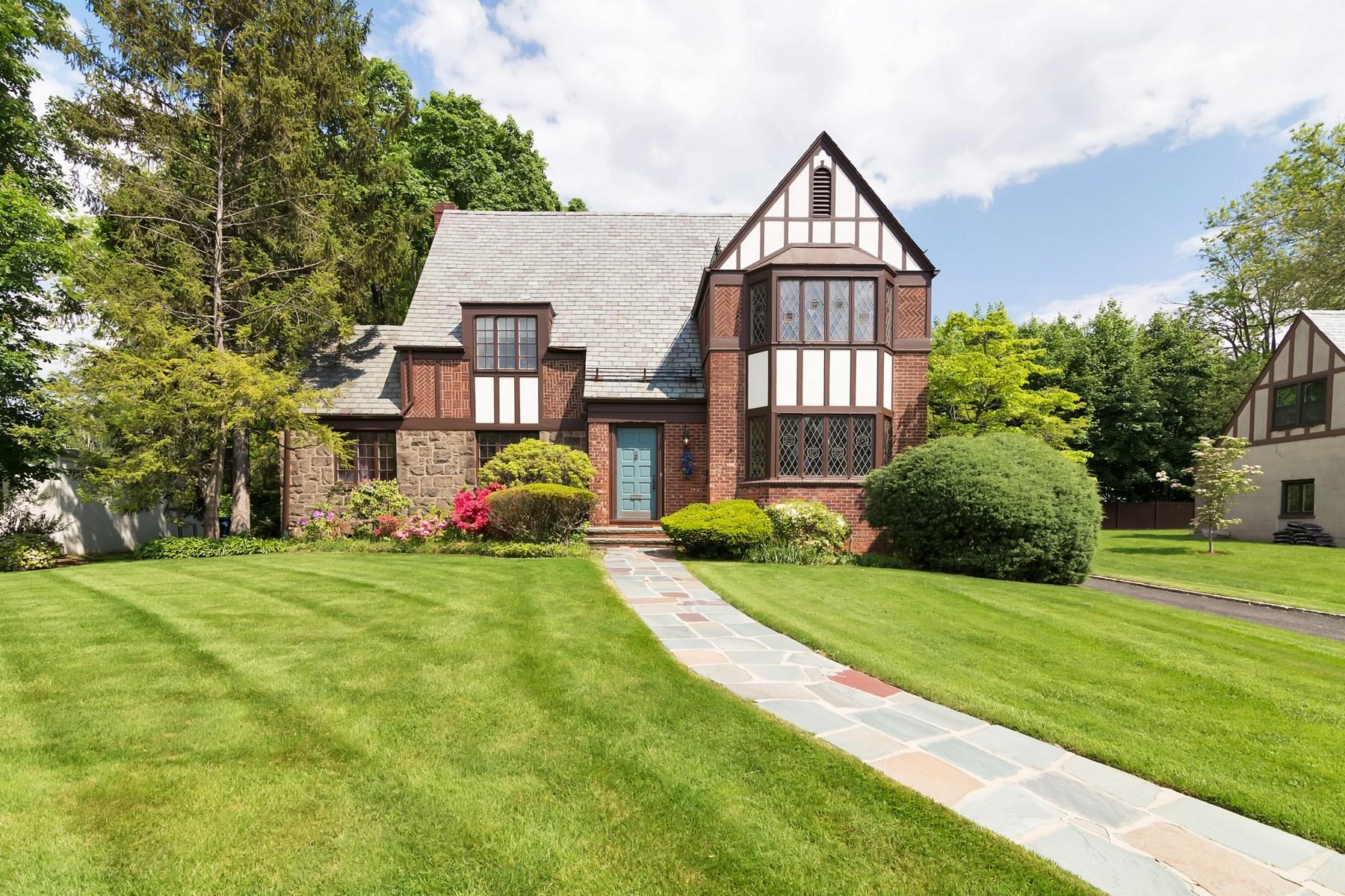 Частный односемейный дом для того Продажа на Majestic Tudor Living 356 Maple Hill Drive Hackensack, 07601 Соединенные Штаты