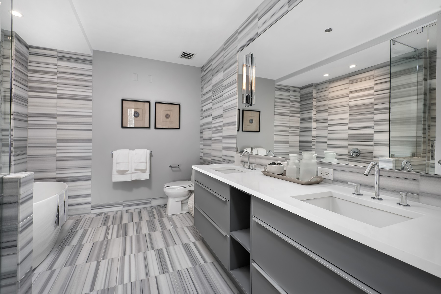 Additional photo for property listing at The Residences at Two West Delaware 2 W Delaware Place Unit 2401-02 Chicago, Illinois 60610 United States