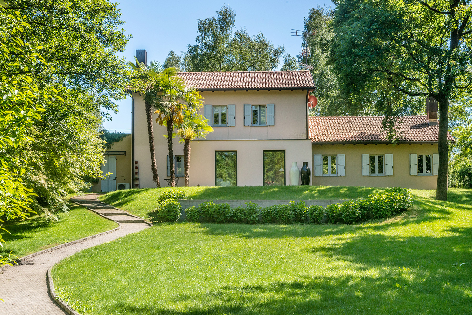 Maison unifamiliale pour l Vente à Modern country house with private garden Agrate Conturbia, Novara Italie