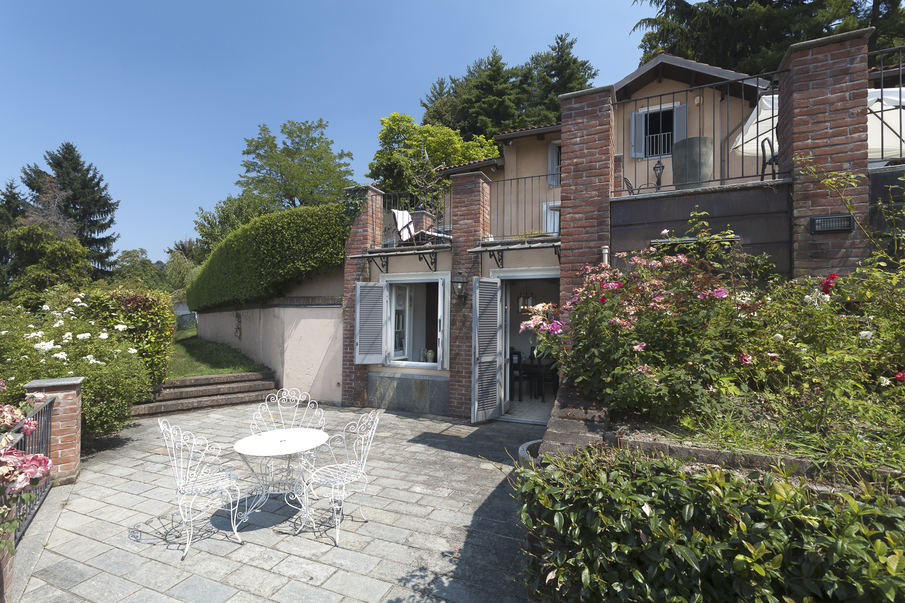 Additional photo for property listing at Detached home with private garden close to Corso Casale Via Monteu da Po Torino, Turin 10132 Italie
