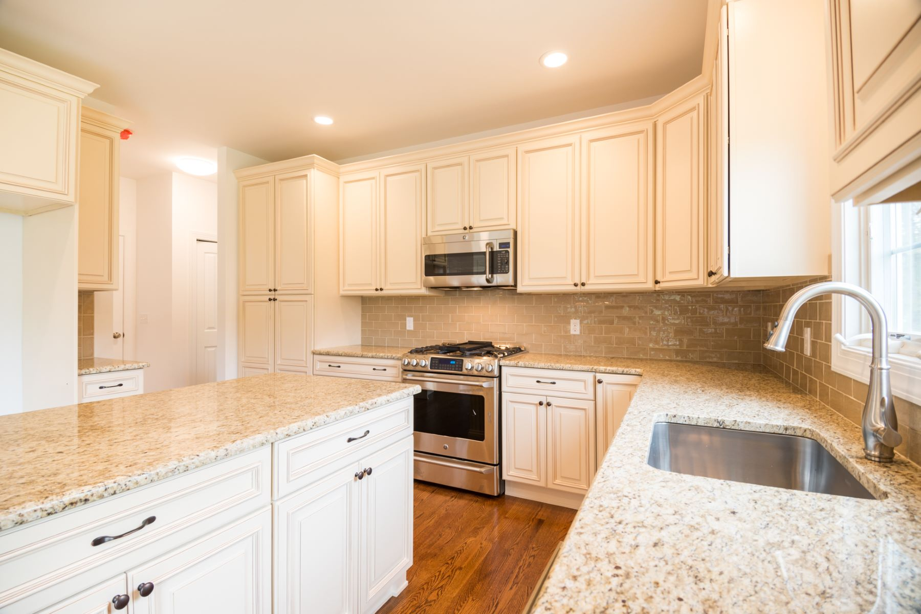 Additional photo for property listing at Lovely New Construction is the Best of All Worlds 33 Major Road South Brunswick, Nueva Jersey 08852 Estados Unidos