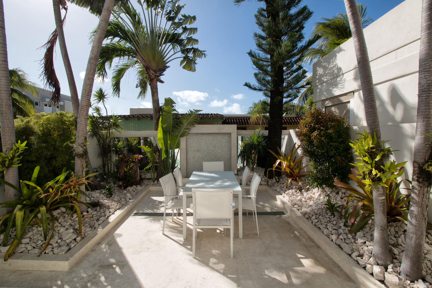 Additional photo for property listing at Gut Renovated Off Water Townhouse, Punta Las Marias 8E Calle Inga Chalets De Mar San Juan, Puerto Rico 00913 Пуэрто-Рико
