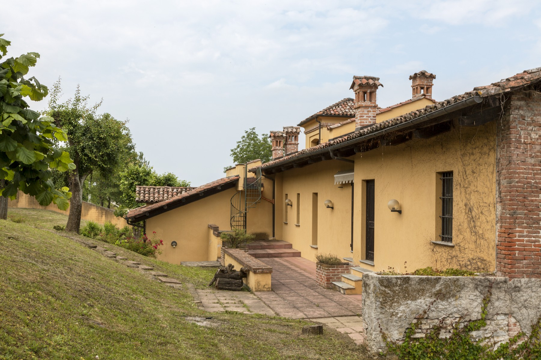 Additional photo for property listing at Charming estate with Langhe country views Clavesana, Cuneo Italie