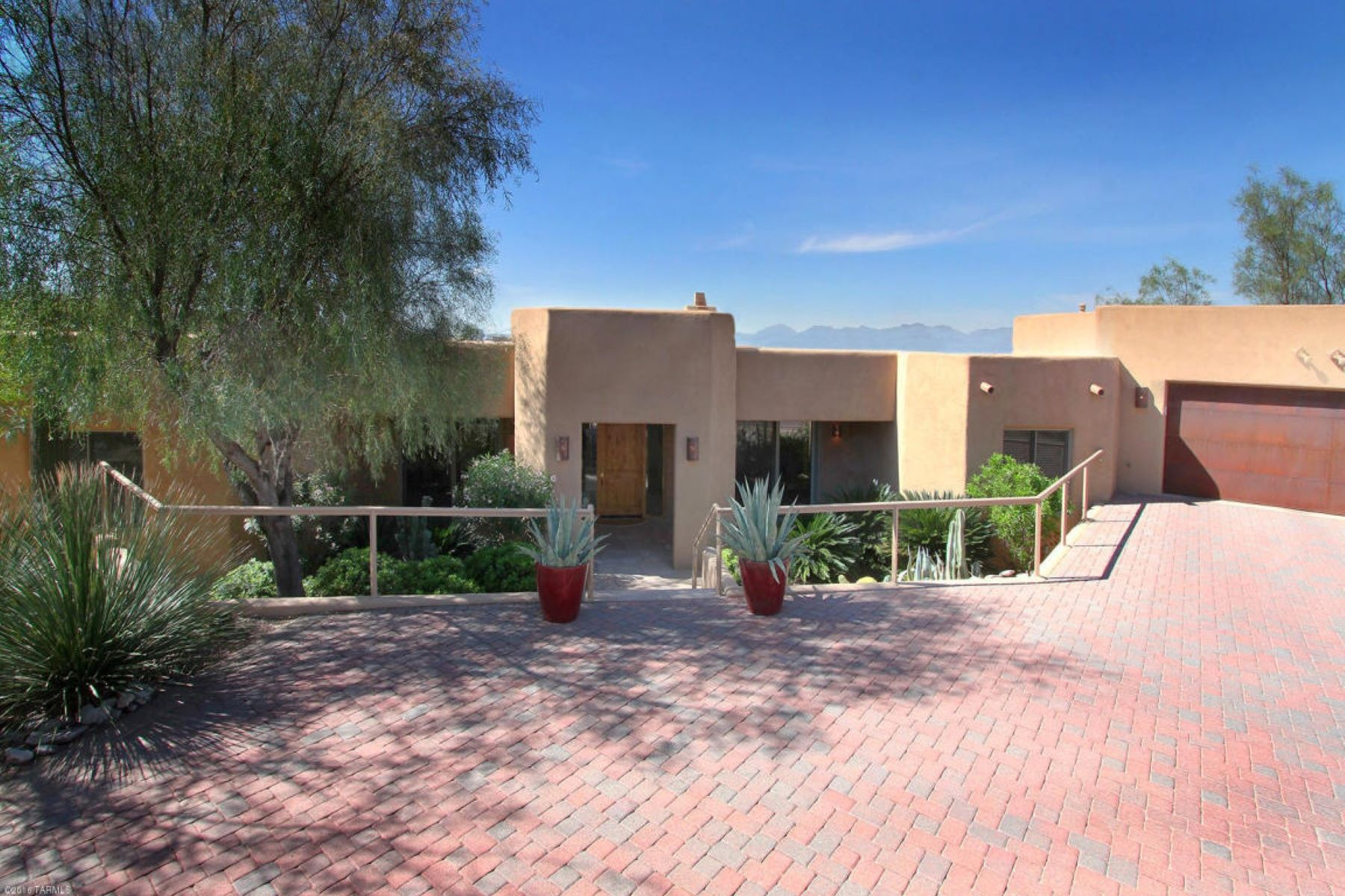 Maison unifamiliale pour l Vente à Fully furnished contemporary home 1608 E Desert Garden Drive Tucson, Arizona, 85718 États-Unis