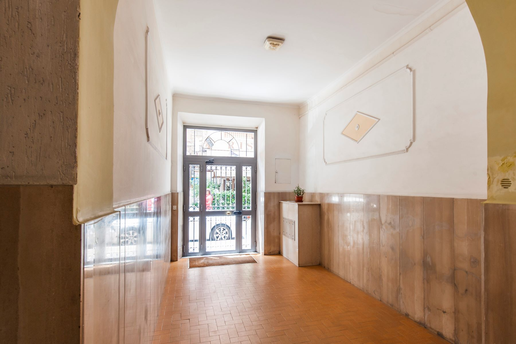 Additional photo for property listing at Finished apartment adjacent to Piazza Indipendenza Rome, Roma Italia