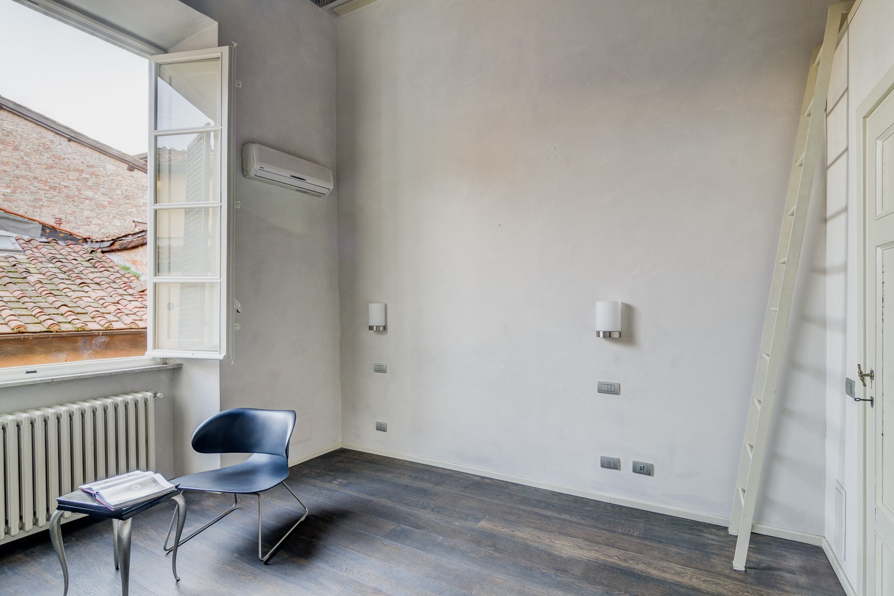 Additional photo for property listing at Exclusive and elegant apartment Via San Giorgio Lucca, Lucca 55100 Italia