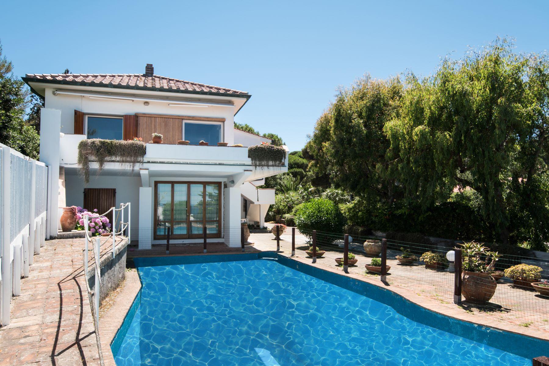 Maison unifamiliale pour l Vente à Unique beachfront villa with pool Via Einaudi Portoferraio, Livorno 57014 Italie