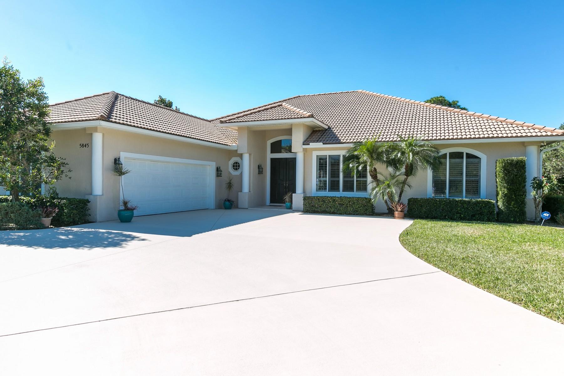 Maison unifamiliale pour l Vente à Pool Home in Bent Pine 5845 Turnberry Lane Vero Beach, Florida, 32967 États-Unis