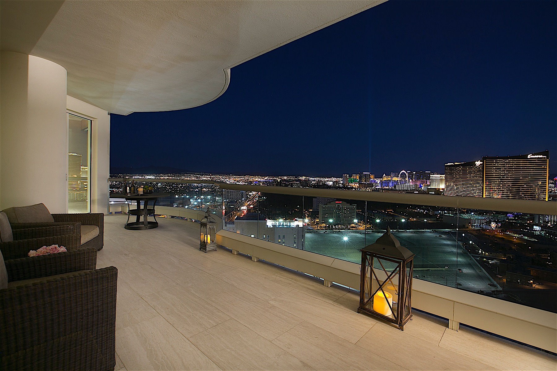 Кондоминиум для того Продажа на The Tiffany Penthouse at Turnberry Place in Las Vegas 2857 Paradise Road #3301 Las Vegas, Невада, 89109 Соединенные Штаты
