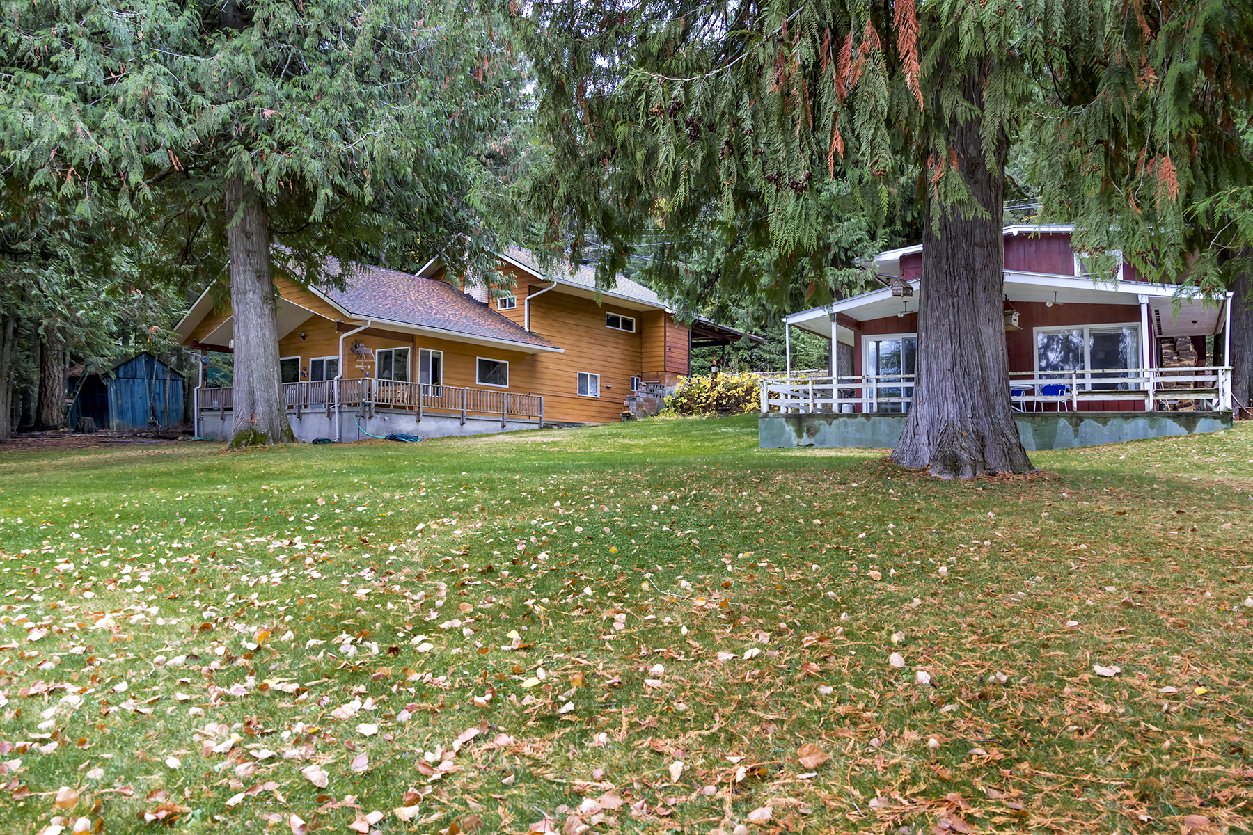 Casa Unifamiliar por un Venta en Two waterfront cabins on over 1 acre on Murphy Bay 2519 & 2529 Lakeshore Dr. Sagle, Idaho, 83860 Estados Unidos