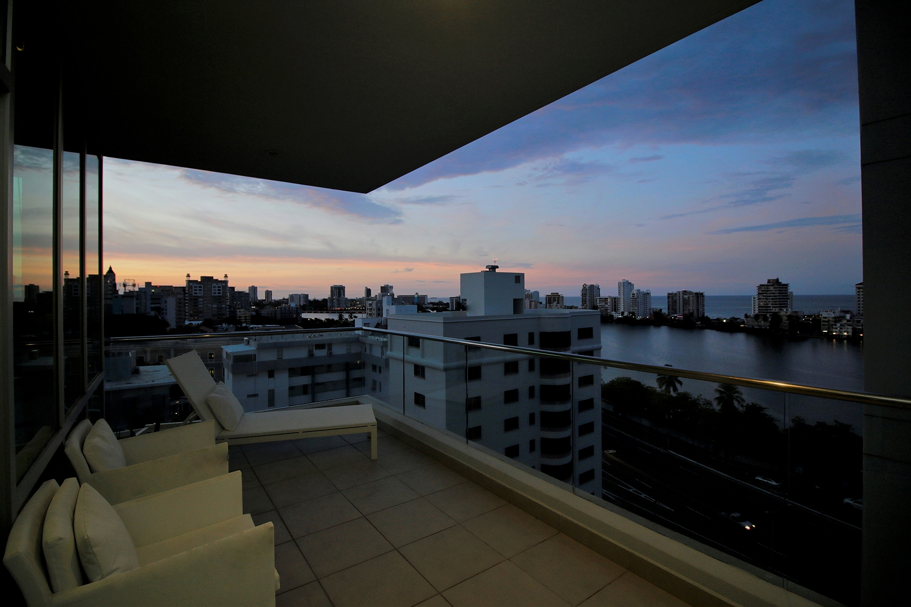 Additional photo for property listing at Striking 10th Floor at The Cosmopolitan 555 Calle Monserrate apt 10D San Juan, Puerto Rico 00907 Porto Rico
