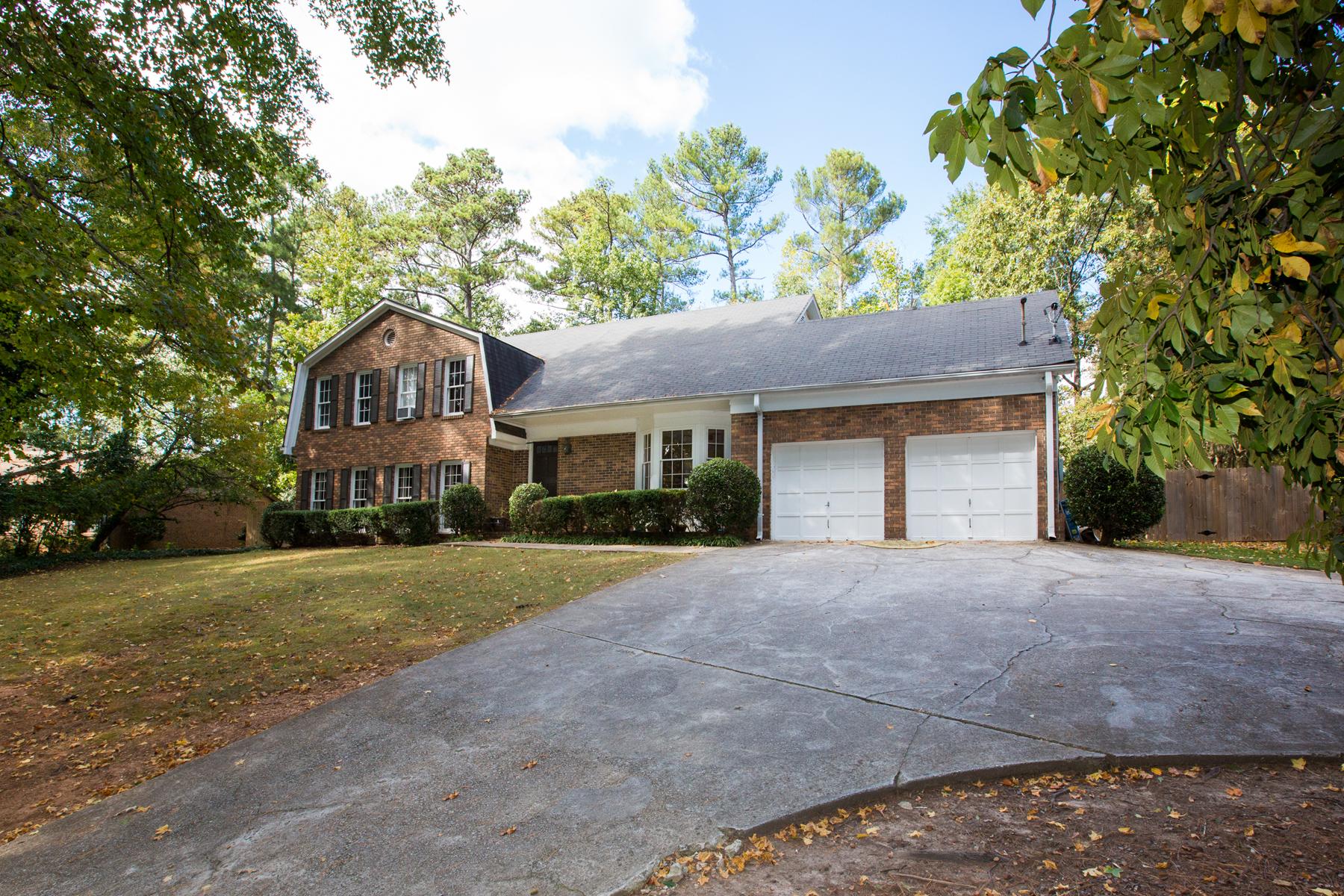獨棟家庭住宅 為 出售 在 Spacious North Buckhead Home 780 Loridans Drive NE Atlanta, 喬治亞州, 30342 美國