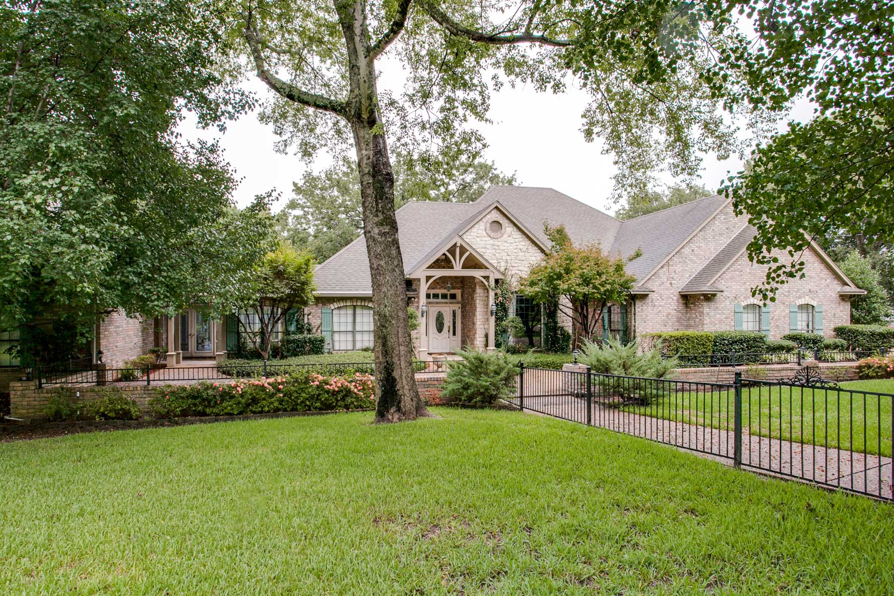 Single Family Home for Sale at Retreat at Rose Pointe 2203 Rose Pointe Athens, Texas 75752 United States