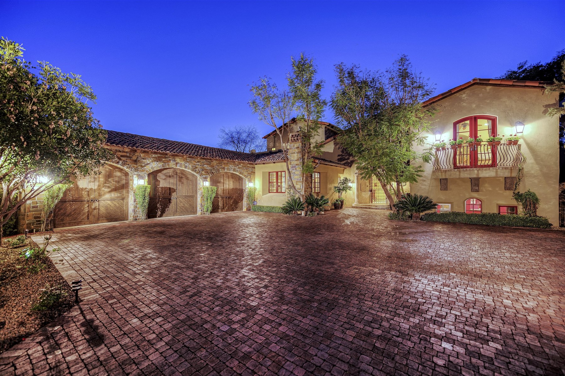 Maison unifamiliale pour l Vente à Romantic custom home on the golf course 5968 E Orange Blossom Ln Phoenix, Arizona, 85018 États-Unis