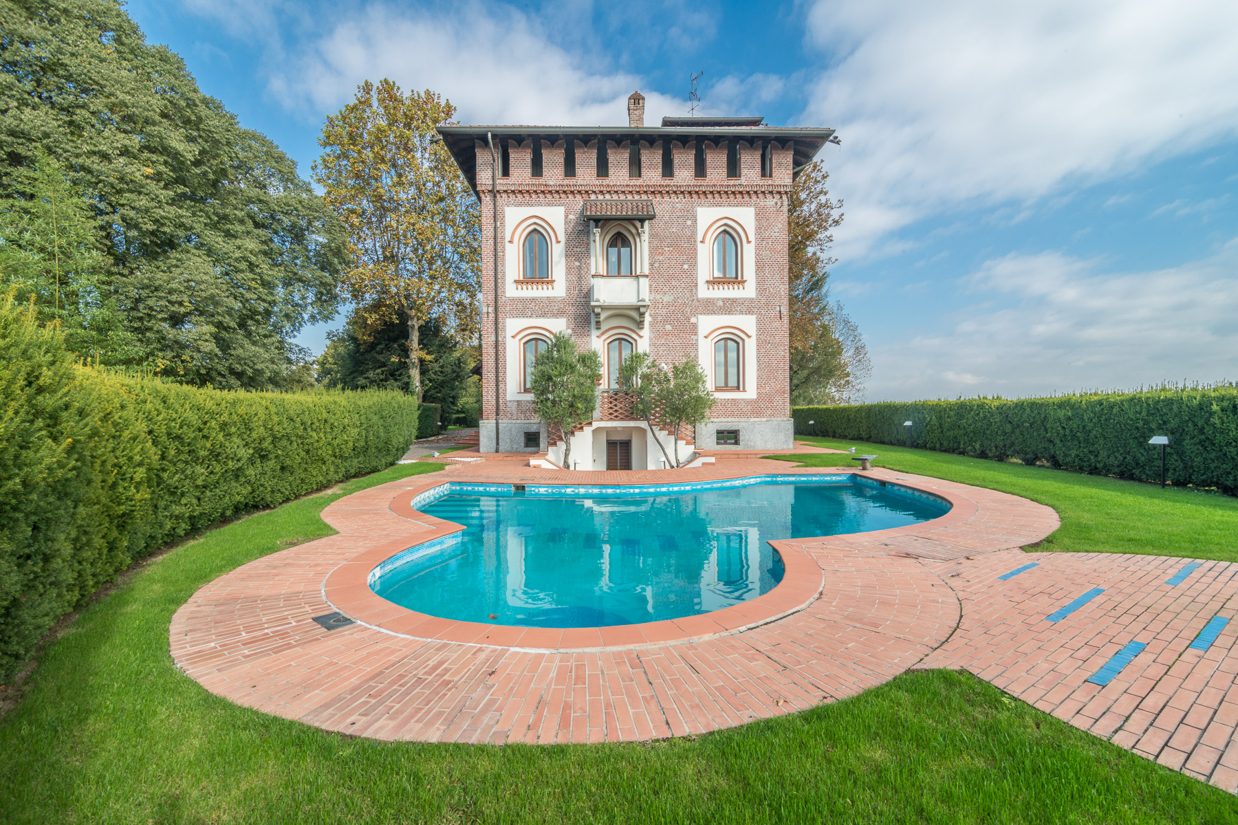 Additional photo for property listing at Prestigious historical villa close to Milan Via Friuli Cesano Maderno, Monza Brianza 20811 Italien