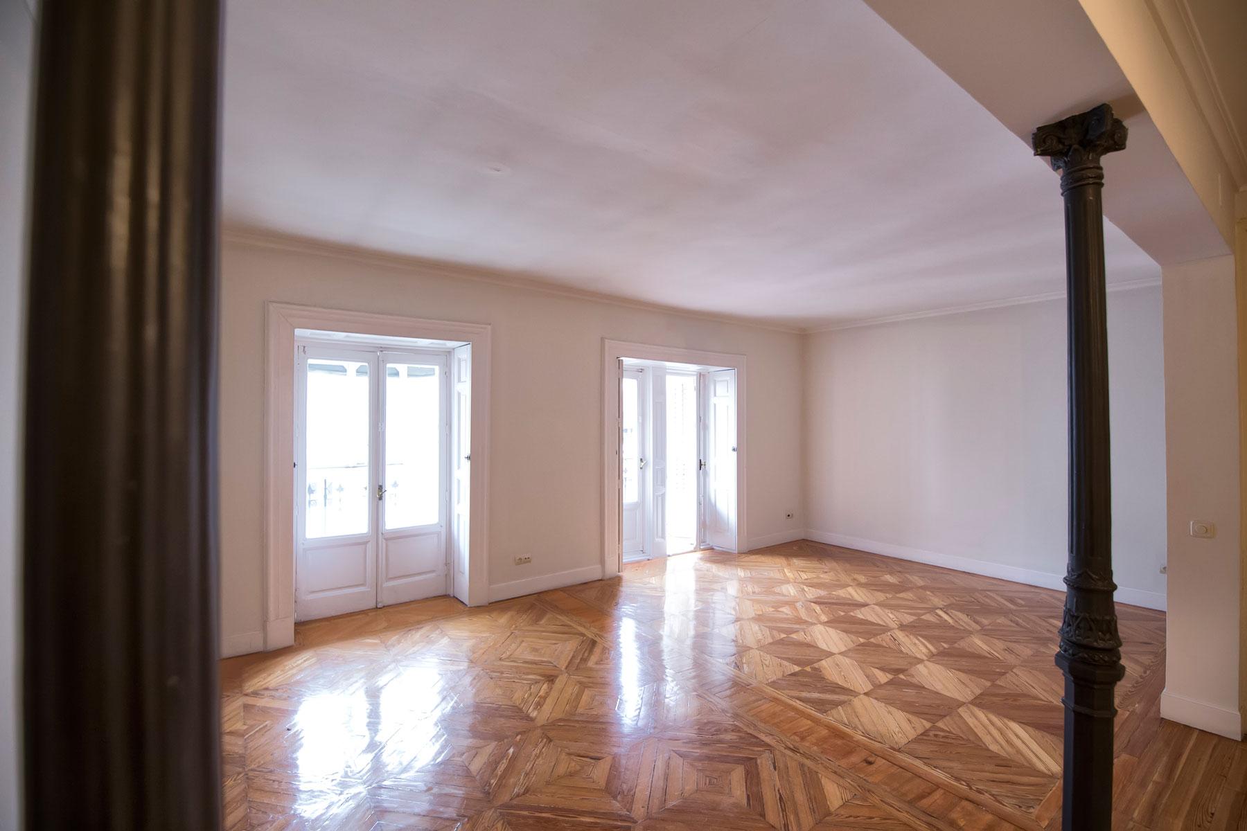 Single Family Home for Sale at Vivienda singular de época en el Barrio de Los Jerónimos Madrid, Madrid, Spain