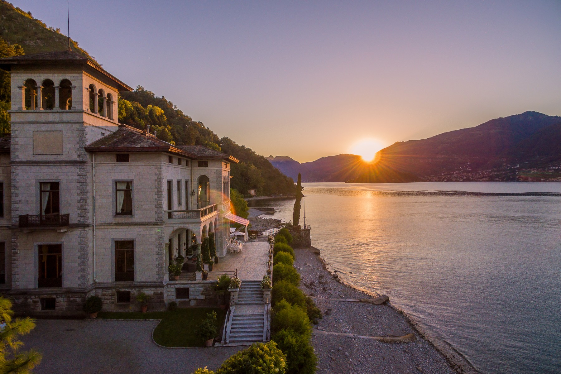 Additional photo for property listing at Magnificent villa Liberty pieds dans l'eau on Lake Como Via Beneficienza Bellagio, Como 22021 Italie