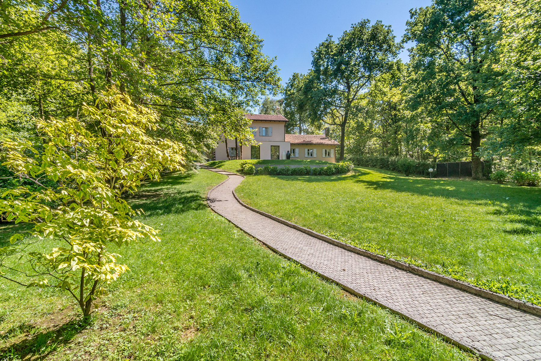 Additional photo for property listing at Modern country house with private garden Agrate Conturbia, Novara Italie