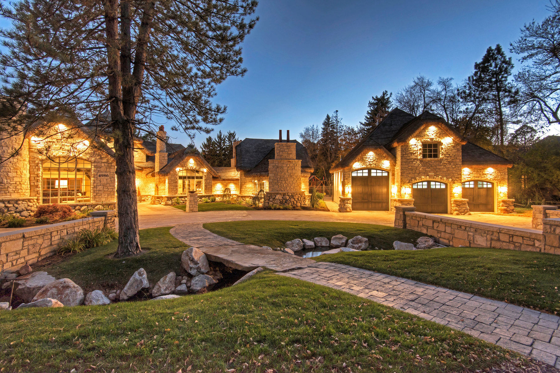 واحد منزل الأسرة للـ Sale في Enchanting Estate in Holladay 4986 Fairbrook Ln Holladay, Utah, 84117 United States