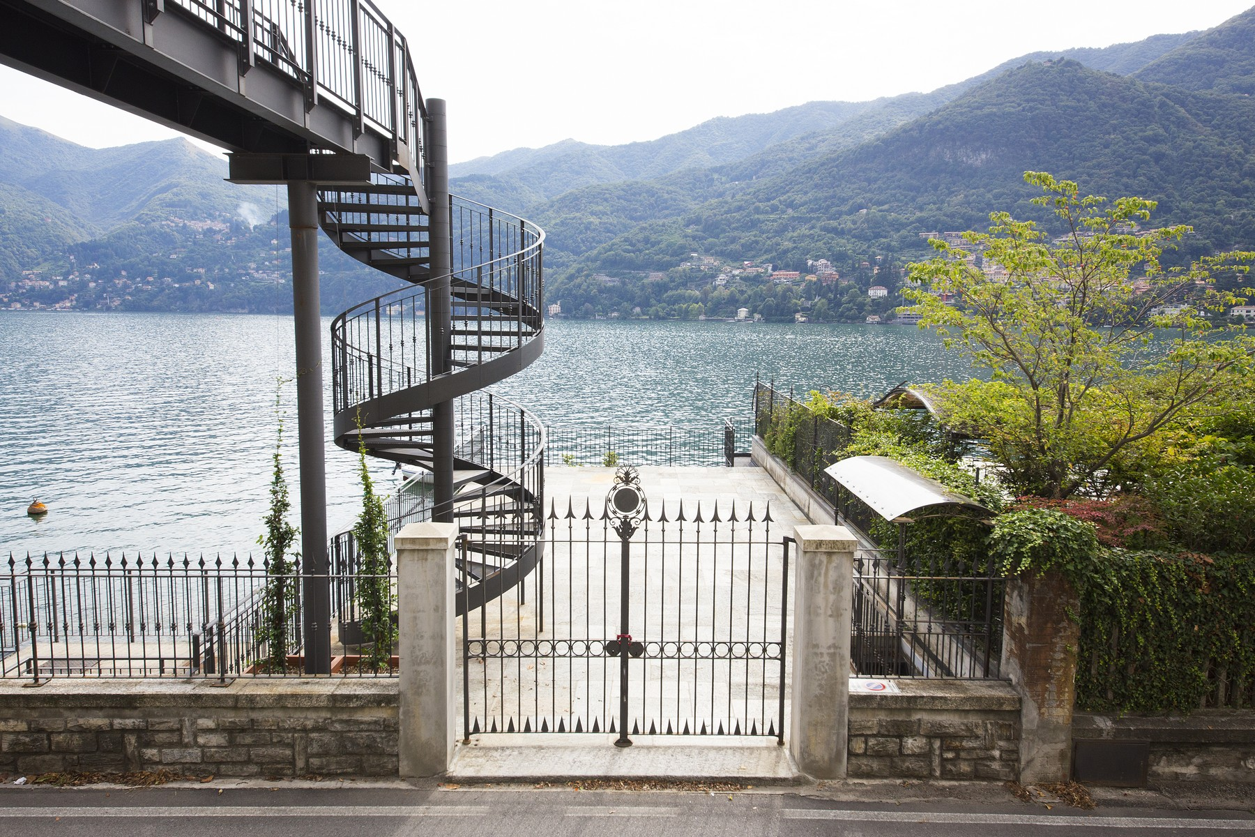 Additional photo for property listing at Fantastic villa liberty pieds dans l'eau on Lake Como Via Regina Vecchia Carate Urio, Como 22010 Italy