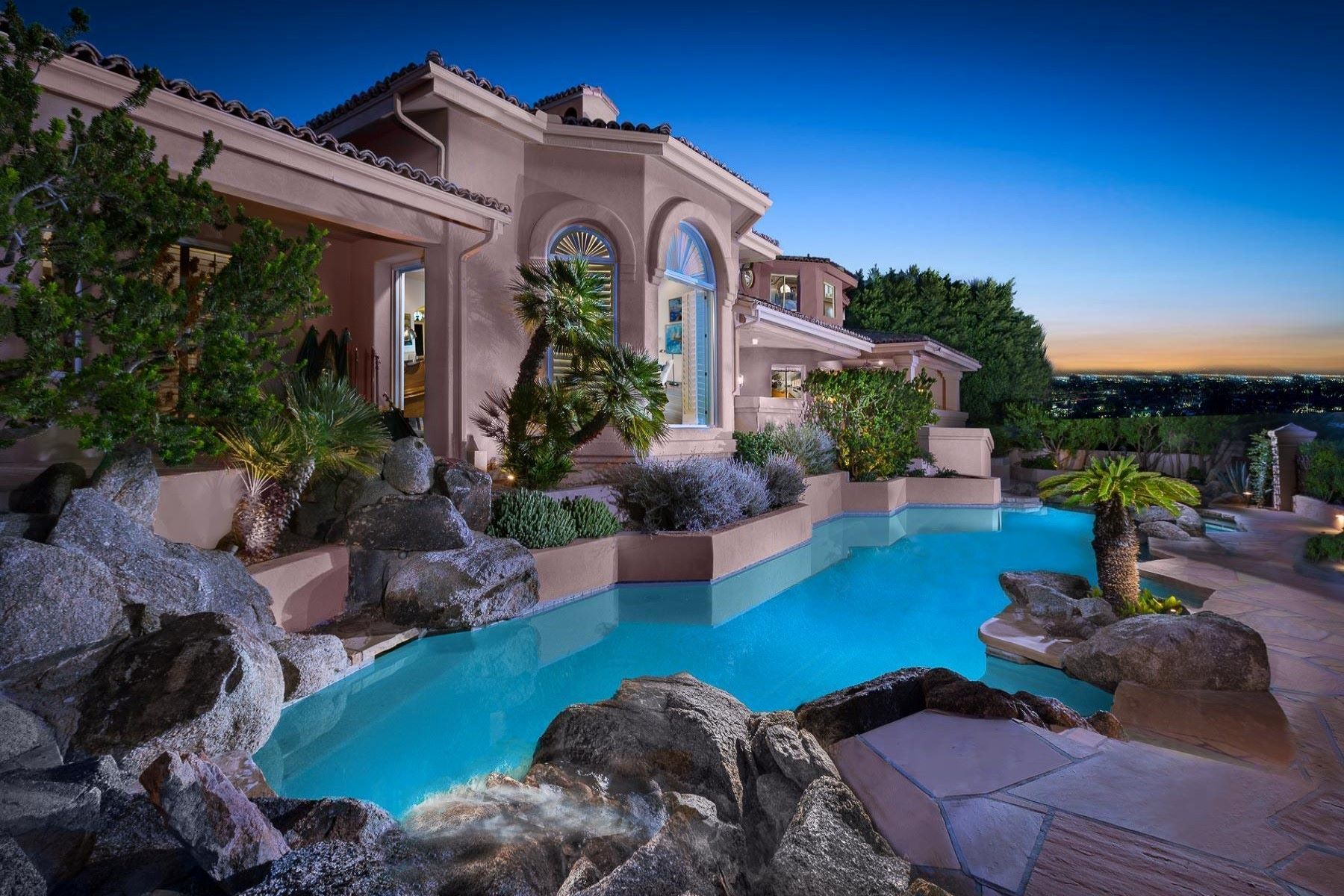 Maison unifamiliale pour l Vente à Magnificent Gem in Paradise Valley 6321 E Vista Dr Paradise Valley, Arizona, 85253 États-Unis