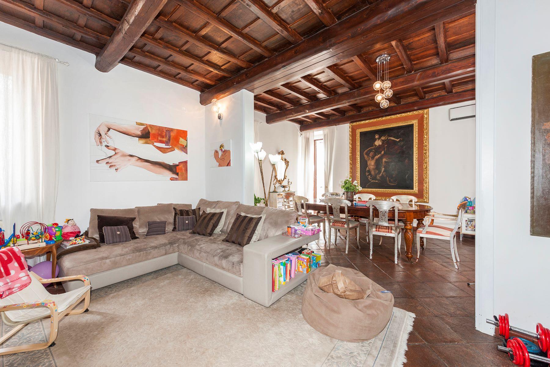 Apartamento por un Venta en Quiet apartment with terrace close to the Trevi Fountain Vicolo Scavolino Rome, Roma 00187 Italia
