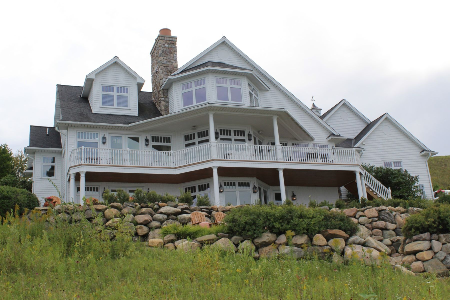 Maison unifamiliale pour l Vente à Bluff-Side Coastal Home on Lake Michigan 5192 Coastal Drive Bay Harbor, Michigan, 49770 États-Unis