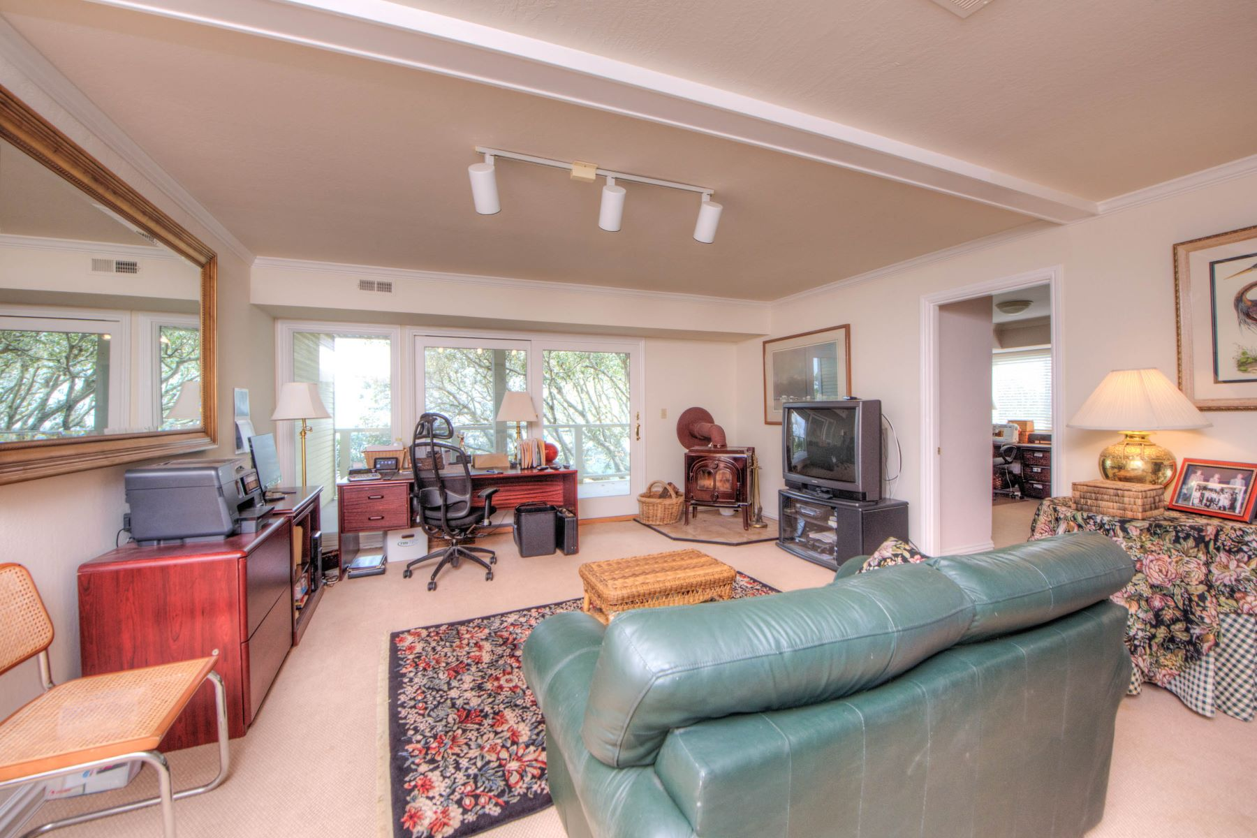 Additional photo for property listing at Prime Waterfront Family Home with Sandy Beach 4780 Paradise Drive Tiburon, Kalifornien 94920 Vereinigte Staaten