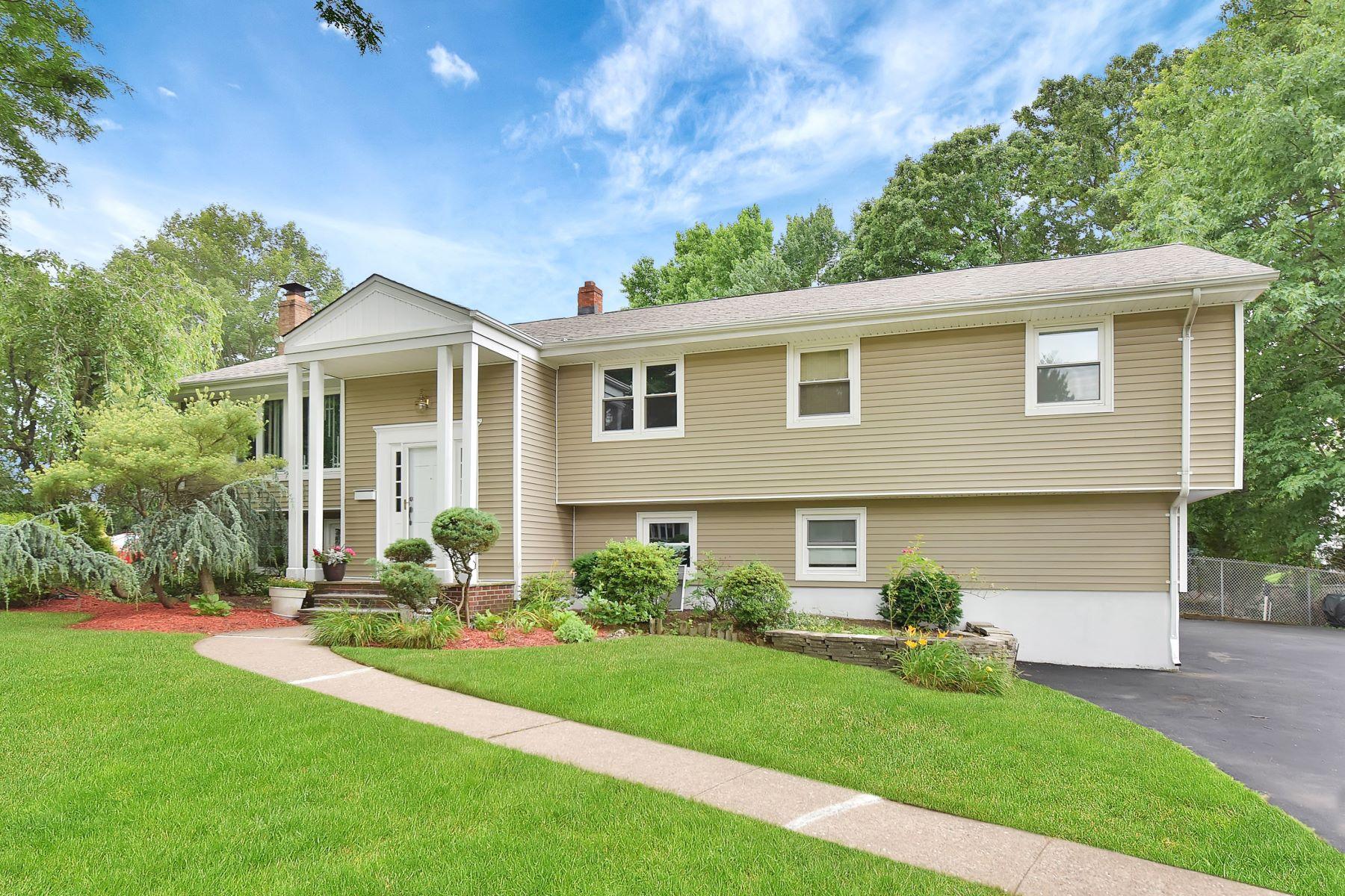 独户住宅 为 销售 在 Expanded Beauty in Paramus 286 Colby Place 帕拉默斯, 新泽西州 07652 美国