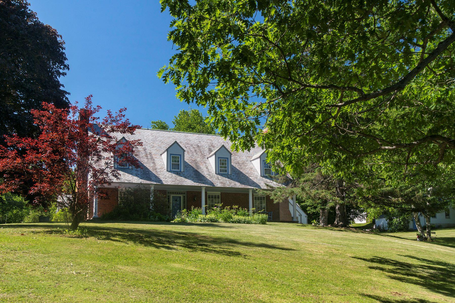 Moradia para Venda às 17 Fernald Street Wilton, Maine, 04294 Estados Unidos
