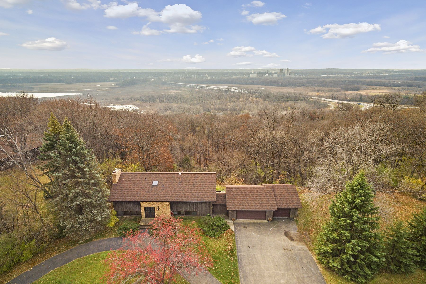 Nhà ở một gia đình vì Bán tại 565 Lakota Lane Chanhassen, Minnesota, 55318 Hoa Kỳ
