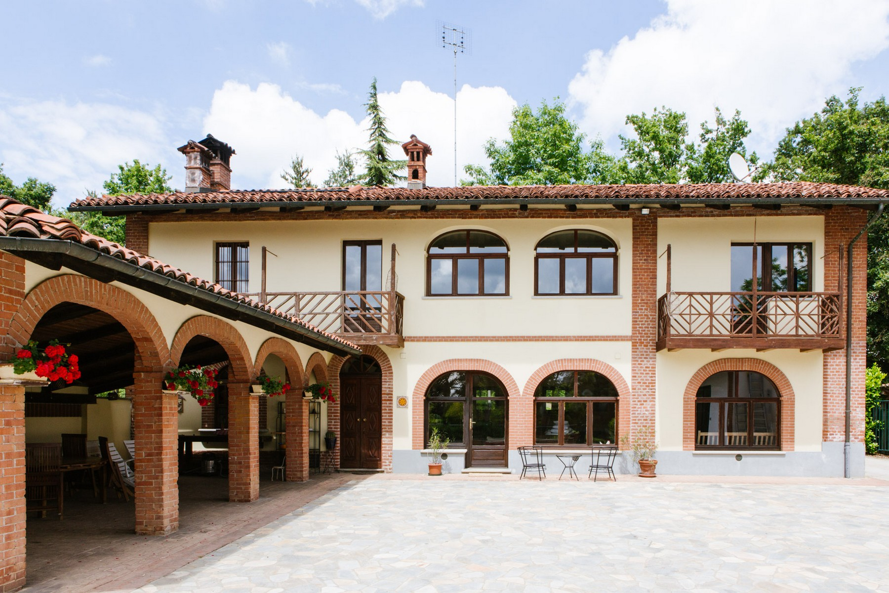 Additional photo for property listing at Historical Villa with outdoor pool Sanfre, Cuneo Italie