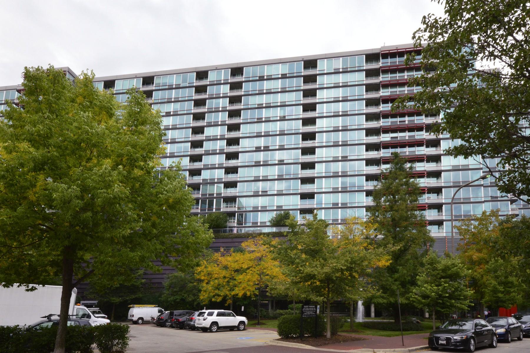 Condominio por un Venta en Exquisitely Upgraded Two Bedroom, Two Bath Unit With Stunning Views 800 Elgin Road Unit 1401 Evanston, Illinois, 60201 Estados Unidos