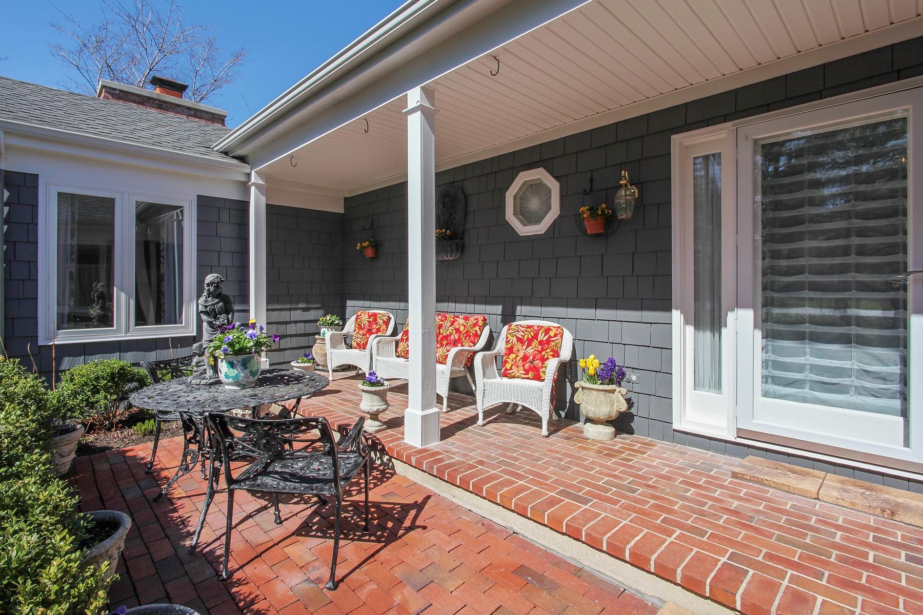 단독 가정 주택 용 매매 에 Character-Rich Pristine Home 1742 N Waukegan Road Lake Forest, 일리노이즈, 60045 미국