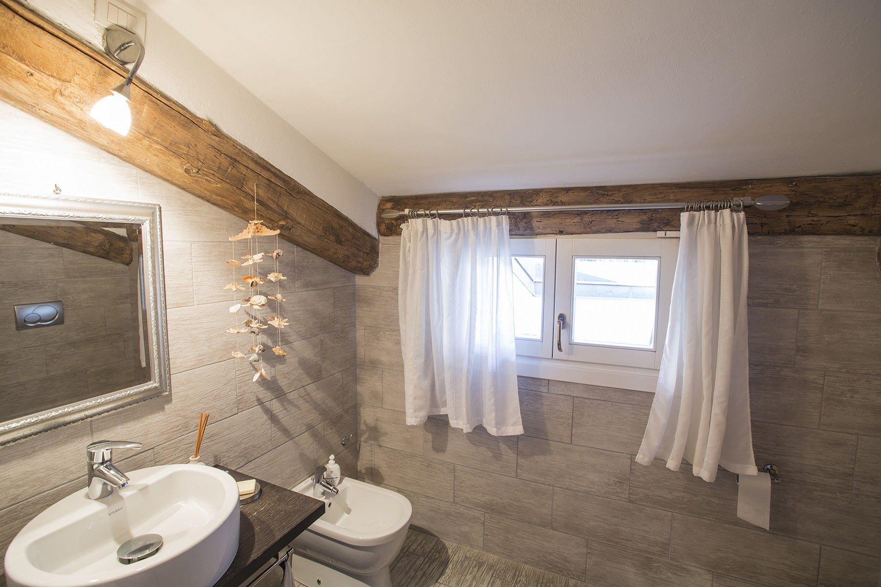 Additional photo for property listing at Extraordinary modern villa with infinity pool Via Statale Regina Gera Lario, Como 22010 Italie