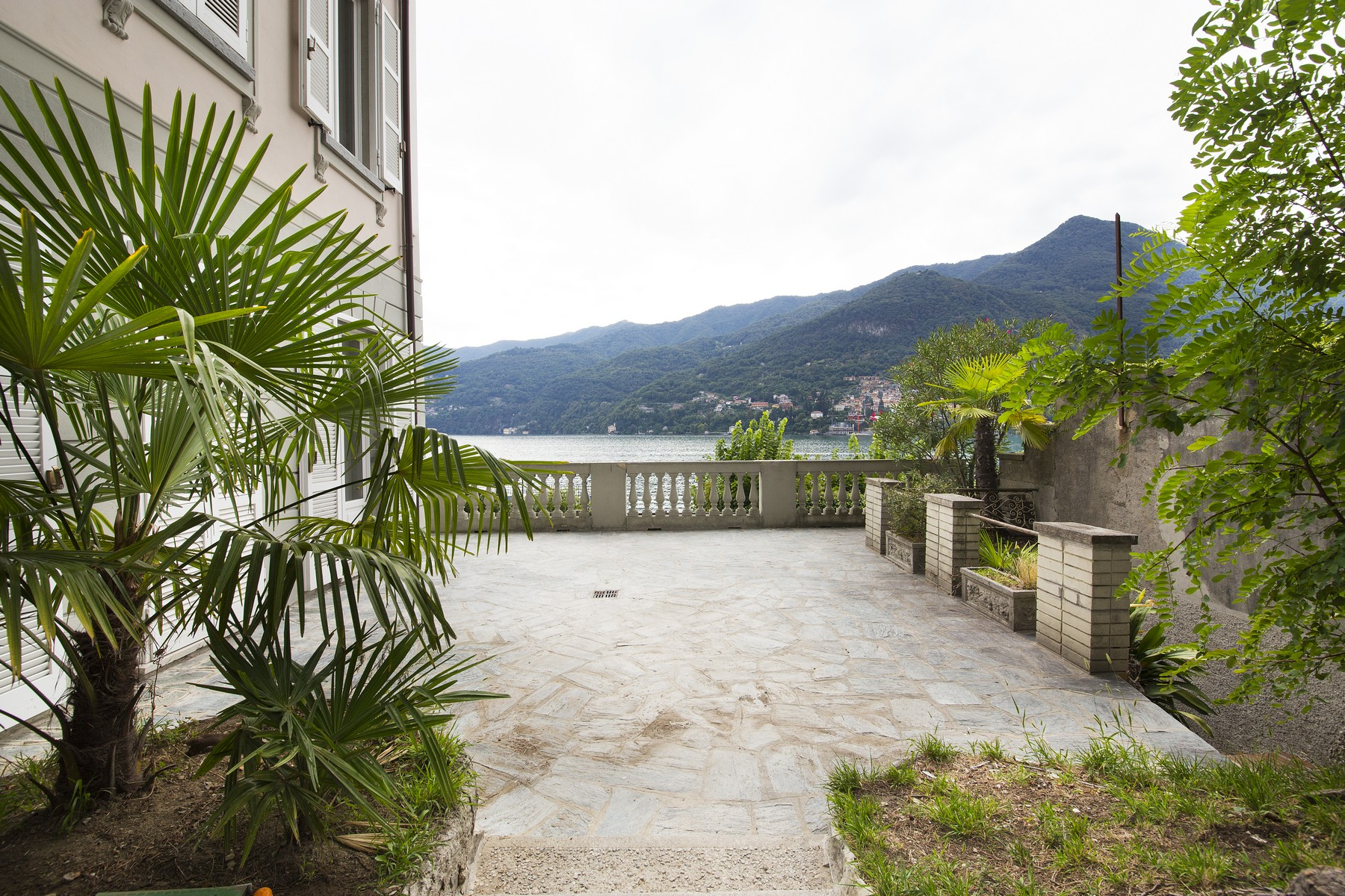 "Additional photo for property listing at Fantastische Villa Liberty ""pieds dans l'eau"" Via Regina Vecchia Carate Urio, Como 22010 Italien"