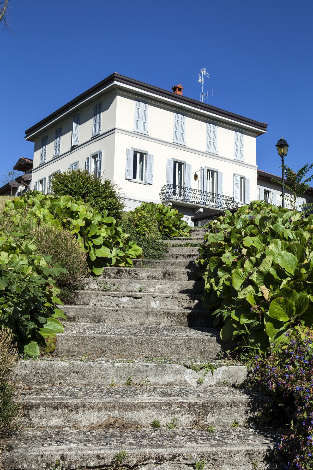 Additional photo for property listing at Wonderful apartment set in the luxurious villa Eros Via Cardano Como, Como 22100 Italien