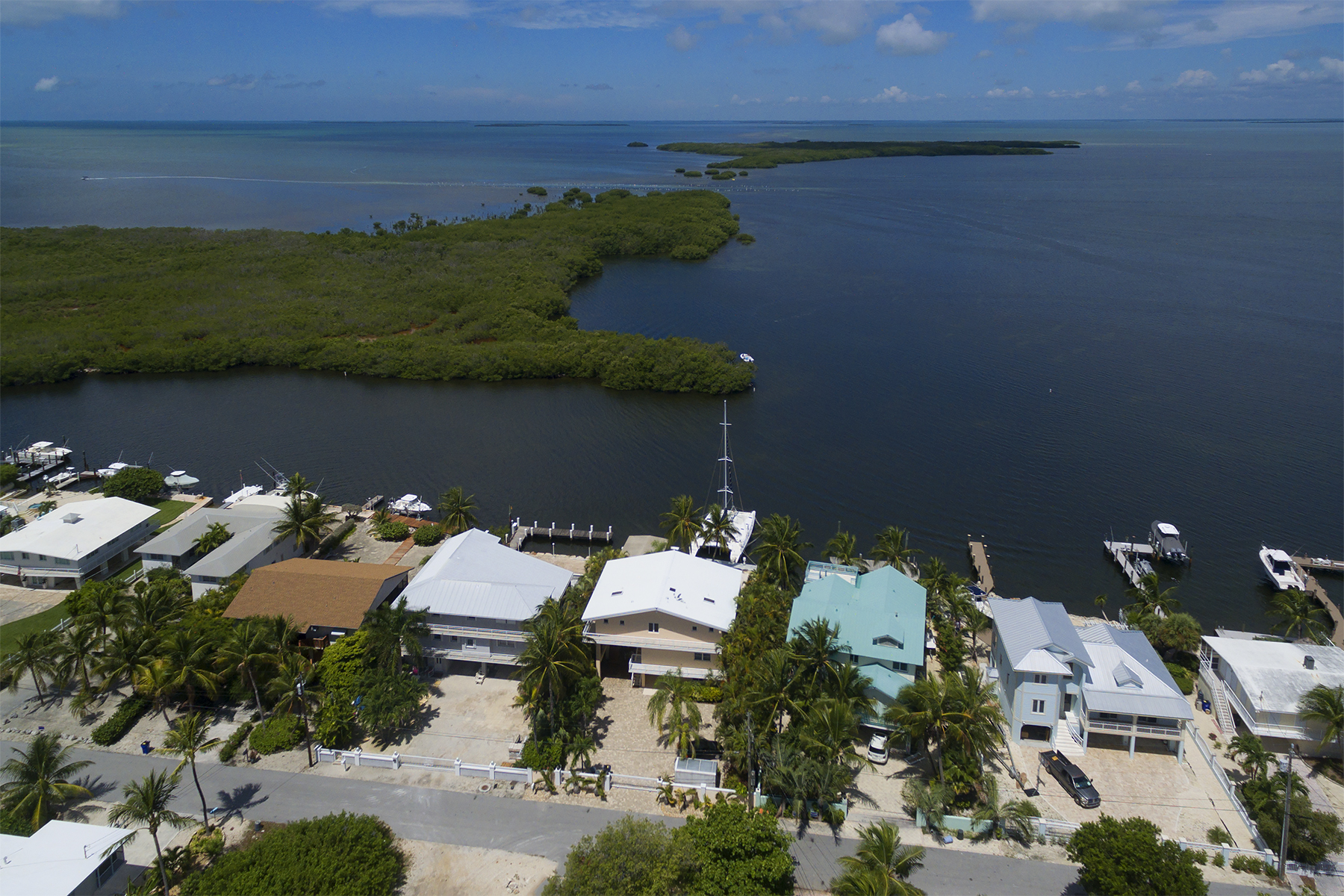 Additional photo for property listing at Fabulous Bayfront Home 400 S Coconut Palm Blvd Plantation Key, Florida 33070 États-Unis